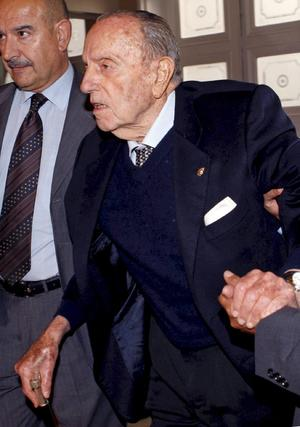 Fotografía tomada en Oviedo en 2011 al por entonces senador Manuel Fraga, poco antes de ser ingresado por una caída en su casa. / EFE