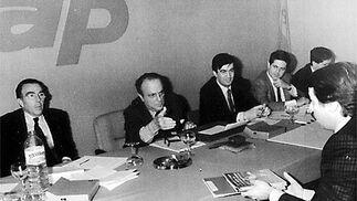 Fraga, frente a Aznar, en una reunión de Alianza Popular (AP).