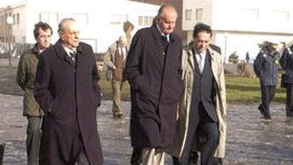 Fraga acompaña al rey Juan Carlos a su llegada al municipio coruñés de Muxía en 2002, durante su visita a la costa gallega afectada por el vertido del petrolero 'Prestige' . / EFE