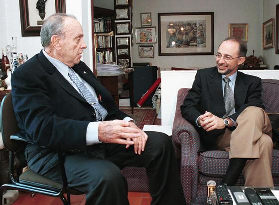 Fraga recibe en 2001 al por entonces ministro de Hacienda, Cristobal Montoro, en su primer acto tras ser sometido a una operación de hernia discal. / EFE