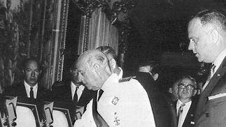 Fraga acompaña al general Francisco Franco en su época de ministro del régimen.