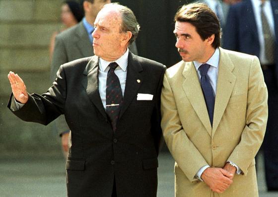 Fraga charla en 1997 con el por entonces presidente del Gobierno, José María Aznar, durante una visita de los Reyes a la Catedral de Santiago de Compostela. / EFE