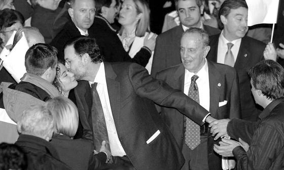 El candidato a la presidencia del Gobierno en 2004 por el PP, Mariano Rajoy (c), el presidente de la Xunta de Galicia, Manuel Fraga (d), y la ministra de Sanidad, Ana Pastor (detrás), saludan a los asistentes a su llegada al acto electoral en Lugo. / EFE
