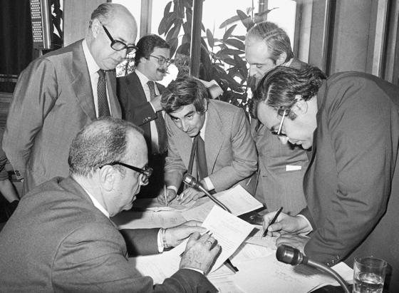 Imagen tomada el 13 de junio de 1978 del político Gabriel Cisneros (c) junto a los entonces diputados (i-d): Manuel Fraga ; Laureano López Rodó, José Pedro Pérez Llorca y Gregorio Peces Barba durante una de las reuniones de la Comisión Constitucional, en el Congreso de los Diputados. / EFE