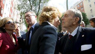 La presidenta de la Comunidad de Madrid, Esperanza Aguirre (2d), saluda al presidente fundador del PP, Manuel Fraga (d), en presencia del alcalde de Madrid, Alberto Ruiz-Gallardón (2d), que conversa con la concejala Ana Botella (i), en la Plaza de la República Dominicana de Madrid en un acto en 2008. / EFE
