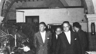 Manuel Fraga recorre el taller de 'Diario de Cádiz' con el gobernador civil, Santiago Guillén Moreno, y Federico Joly Díez de la Lama como anfitrión.