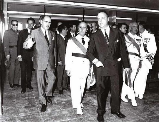 Manuel Fraga guía a Franco en una visita como ministro de Información y Turismo.
