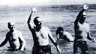 Manuel Fraga se baña en una playa de la localidad almeriense de Palomares junto al embajador de EEUU  tras caer un proyectil de un avión norteamericano en ella por accidente. /EFE