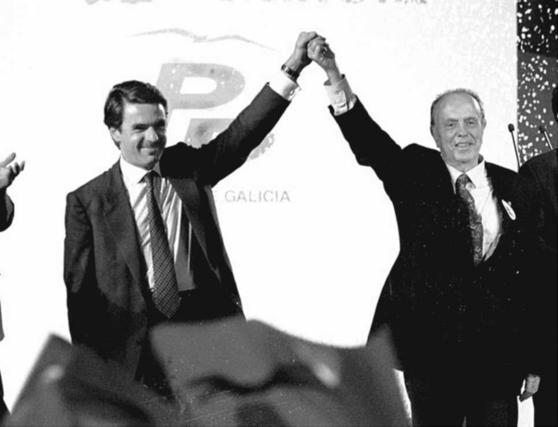 José María Aznar y Manuel Fraga , en el mitin de cierre de campaña del PP celebrado en Vigo en 1997.