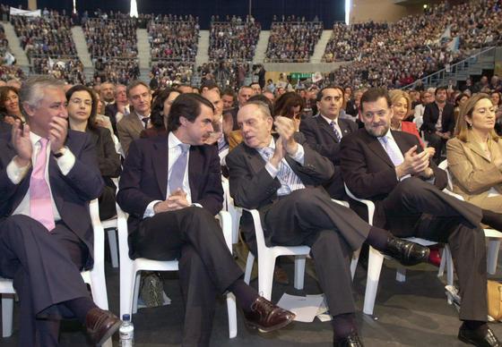 El secretario general del PP en 2003, Javier Arenas, el presidente del Gobierno, José María Aznar, el presidente de la Xunta, Manuel Fraga , el vicepresidente del Gobierno, Mariano Rajoy y la ministra  de Sanidad, Ana Pastor, en la covención nacional que celebró el Partido Popular en Santiago de Compostela. / EFE