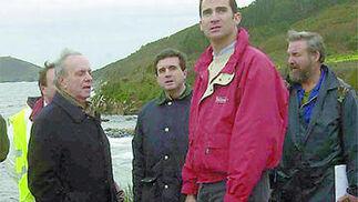 El Príncipe, con Fraga , durante una visita a Galicia por el vertido del 'Prestige'. / EFE