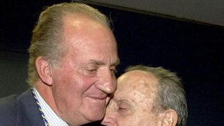 El Rey abraza afectuosamente a Manuel Fraga en un acto conmemorativo del 25º aniversario de la Constitución. / EFE