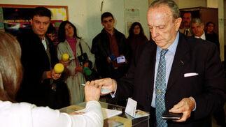 El candidato a la reelección como presidente de la Xunta de Galicia, Manuel Fraga , vota para las elecciones autonómicas gallegas de 2001. / EFE