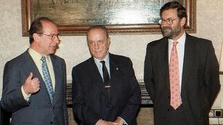 El por entonces presidente de la Xunta de Galicia, con el vicepresidente del Gobierno y ministro  de Economía y Hacienda, Rodrigo Rato (i), y el ministro  de Administraciones Públicas, Mariano Rajoy (d) en 1996. / EFE