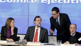 Mariano Rajoy y María Dolores de Cospedal escuchan al presidente del partido en el País Vasco, Antonio Basagoiti (2d), junto al presidente fundador del PP, Manuel Fraga (d), durante la reunión del Comité Ejecutivo en 2011. / EFE