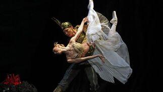 El Ballet de la Ópera de Varsovia representa 'La Bayadère' en el Teatro de la Maestranza, una obra sobre la supervivencia del amor tras la muerte.  Foto: Antonio Pizarro