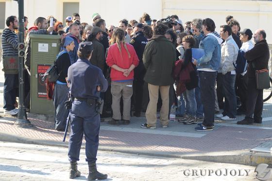 Policía Nacional y antidisturbios desalojan el edificio de Valcárcel.   Foto: Lourdes de Vicente, Javier González y Jesús Marín
