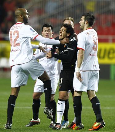 Kanoute se encara con el valencianista Parejo. / Antonio Pizarro