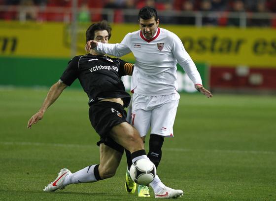 Reyes sufre una entrada de Albelda. / Antonio Pizarro