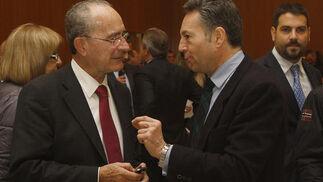 El alcalde de Málaga, Francisco de la Torre, en animada conversación con el presidente del Grupo Joly, José Joly, minutos antes del inicio del foro.  Foto: S. Camacho· Migue Fernandez