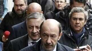 Alfredo Pérez Rubalcaba y José Blanco acuden a la capilla en representación del PSOE. / EFE