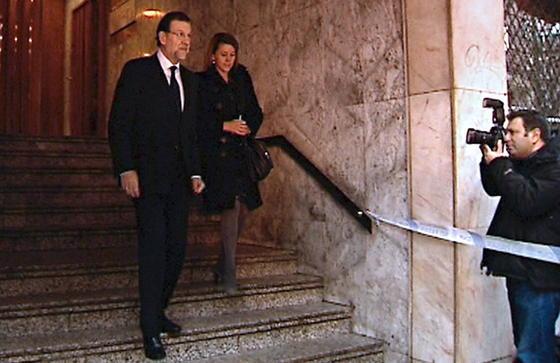 Mariano Rajoy y María Dolores de Cospedal llegan a la capilla ardiente de Fraga, situada en la casa madrileña de éste. / EFE