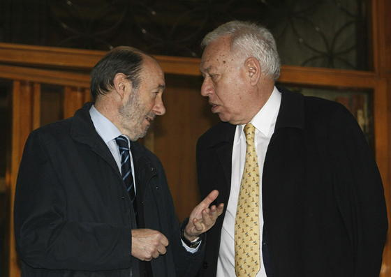 Rubalcaba conversa con Margallo. / EFE