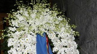 La corona de flores enviada por los Reyes. / EFE