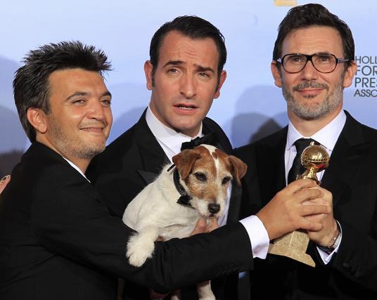 El productor Thomas Langmann, el actor Jean Dujardin y el director Michel Hazanavicius, Globo de Oro a mejor comedia o musical por 'The Artist'. / Reuters