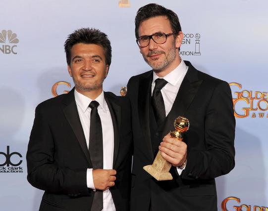 El productor Thomas Langmann y el director Michel Hazanavicius, Globo de Oro a mejor comedia o musical por 'The Artist'. / Reuters