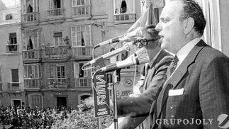 Acompañado de Gutiérrez Trueba, se dirige al público desde un balcón del Hotel de Francia y París.  Foto: Joaquín Hernández Kiki