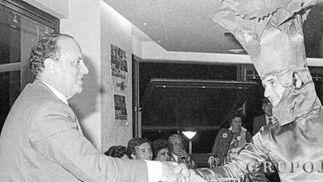 En el año 82, en una cena carnavalesca en el Club Alcázar, con la comparsa 'Claveles'.  Foto: Joaquín Hernández Kiki