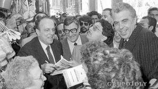 Manuel Fraga, durante la campaña de las municipales de 1979, firma programas en la calle Compañía de Cádiz junto a José Antonio Gutiérrez Trueba y Jesús Mancha.  Foto: Joaquín Hernández Kiki
