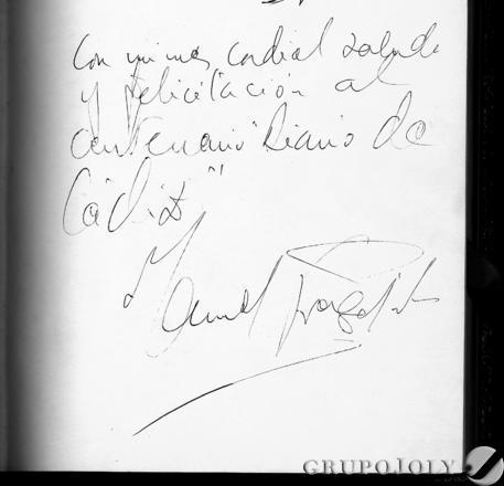 """Dedicatoria escrita en el libro de honor del periódico: """"Con mi más cordial saludo y felicitación al centenario Diario de Cádiz. Manuel Fraga""""."""