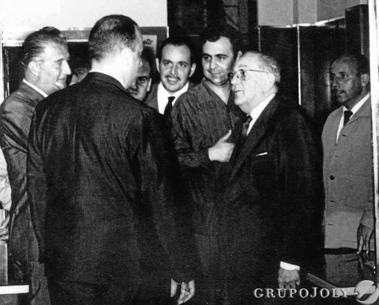 Federico Joly y su hijo conversan con Manuel Fraga y Santiago Guillén Moreno, en presencia de Higinio Sainz.  Foto: Juman