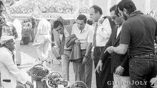 Ante un vendedor de marisco, en la calle Libertad de Cádiz, con José Ramón del Río, entre otros.  Foto: Joaquín Hernández Kiki