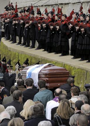 Los restos de Fraga son despedidos al ritmo de música de gaitas y una multitud.  Foto: Efe/Reuters