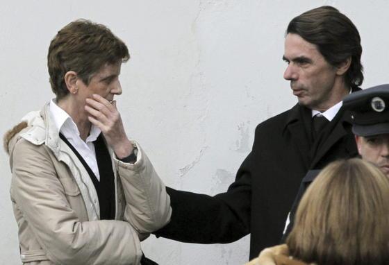 José María Aznar da su p´esame a un familiar.  Foto: Efe/Reuters