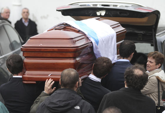 Llegada del féretro a Perbes en Galicia.  Foto: Efe/Reuters