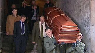 Los restos de Manuel Fraga son trasladados al coche fúnebre desde Madrid.  Foto: Efe/Reuters