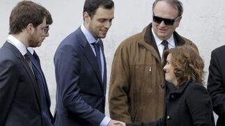 Sáenz de Santamaría da el pésame a algunos familiares.  Foto: Efe/Reuters