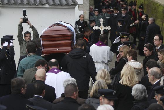 Los asistentes al sepelio dan su adiós a Fraga.  Foto: Efe/Reuters