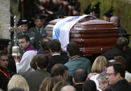 Los restos de Fraga por las calles de Perbes.  Foto: Efe/Reuters