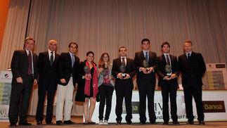 Ignacio Martínez (1º por la izquierda), Antonio Soto (2º por la izquierda), José Antonio Nieto (centro) y José Joly (1º por la derecha), junto a los cinco premiados.  Foto: O. Barrionuevo / lvaro Carmona
