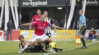 Aitor protege un balón ante un rival. / LOF