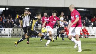 Un defensa corta un balón a Pablo Sánchez. / LOF