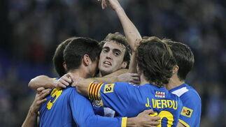 Los jugadores del Espanyol celebran con Verdú su gol de penalti. / EFE