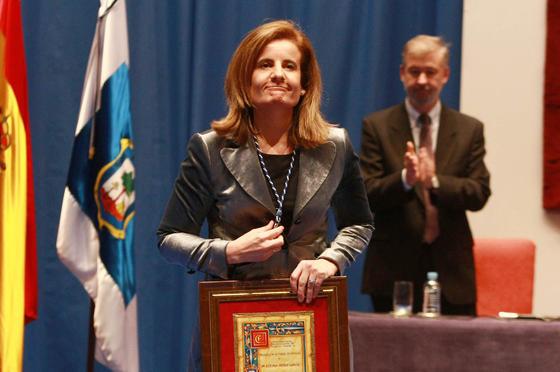 La ministra de Empleo, Fátima Báñez, recoge la Medalla de Huelva.  Foto: Alberto Dominguez