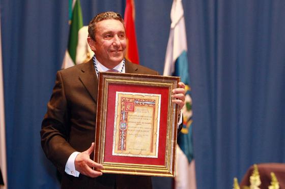 Fernando Cuadri recoge la medalla de la ganadería Hijos de Celestino Cuadri  Foto: Alberto Dominguez