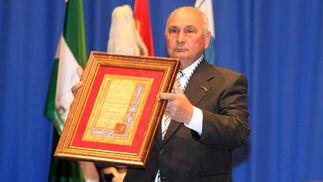 El presidente, Jorge Barroso, con la medalla de Aonujer.   Foto: Alberto Dominguez